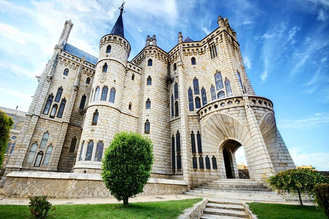 Visita guiada que combina los principales recursos turísticos de la ciudad de Astorga como son la Catedral, el Palacio Episcopal y el centro histórico.