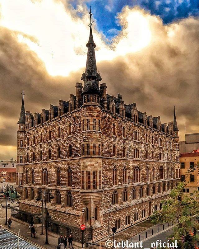Edificio construido por el famoso arquitecto Antonio Gaudí, una de las tres obras que realizó fuera de su Cataluña natal de estilo neogótico a fines del siglo XIX.