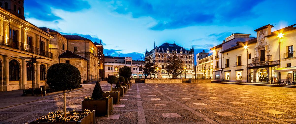 La Plaza de San Marcelo o Plaza de las Palomas conocida por todos los leoneses, es un de las más populares de la ciudad, en donde a lo largo del año se celebran una gran variedad de actividades.Es una plaza empedrada semi peatonal llena de actividad.