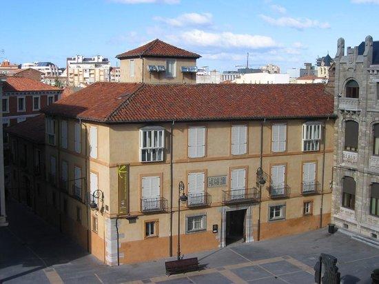 El Museo Sierra Pambley, inaugurado en julio de 2006, es un edificio que se encuentra ubicado en la plaza de la Catedral, en un viejo caserón del siglo XIX.  La Casa, de dos plantas más el bajo, que fue construida en 1848 por Segundo Sierra Pambley, conser