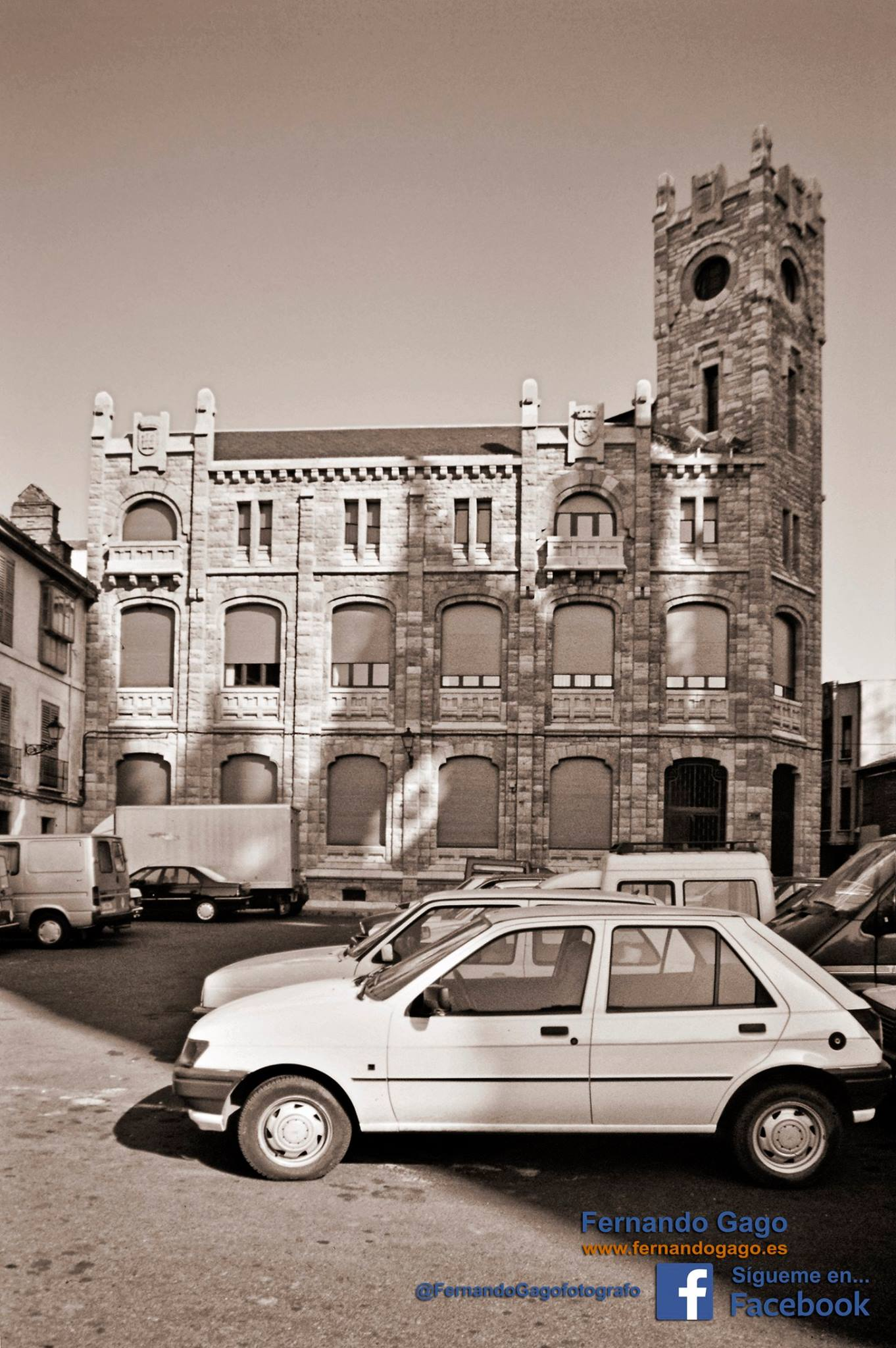 El antiguoEdificio de Correos y Telégrafos, es diseñado por Manuel de Cárdenas  a principios del siglo XX que desde hace algunas décadas para alojar algunos de los servicios administrativos de la Diputación Provincial de León.