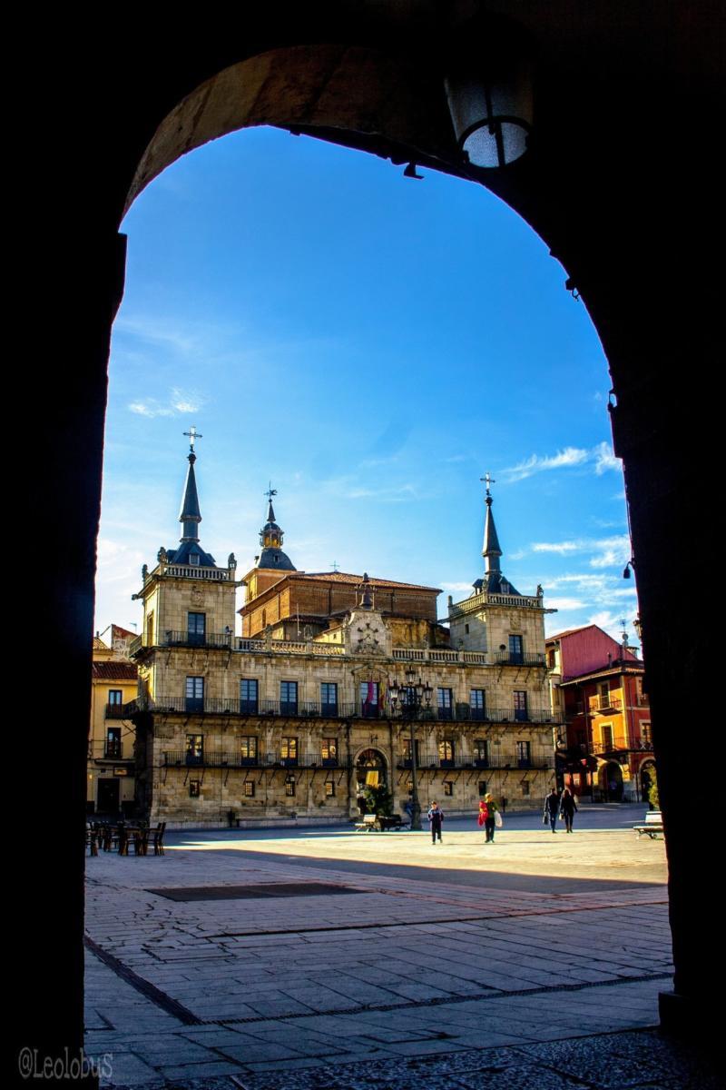 La Plaza Mayor de León se encuentra en el Casco Antiguo de la ciudad, concretamente en el popular Barrio Húmedo. Fue uno de los mercados más importantes que se instalaron en las afueras de la muralla de la ciudad en la época medieval.