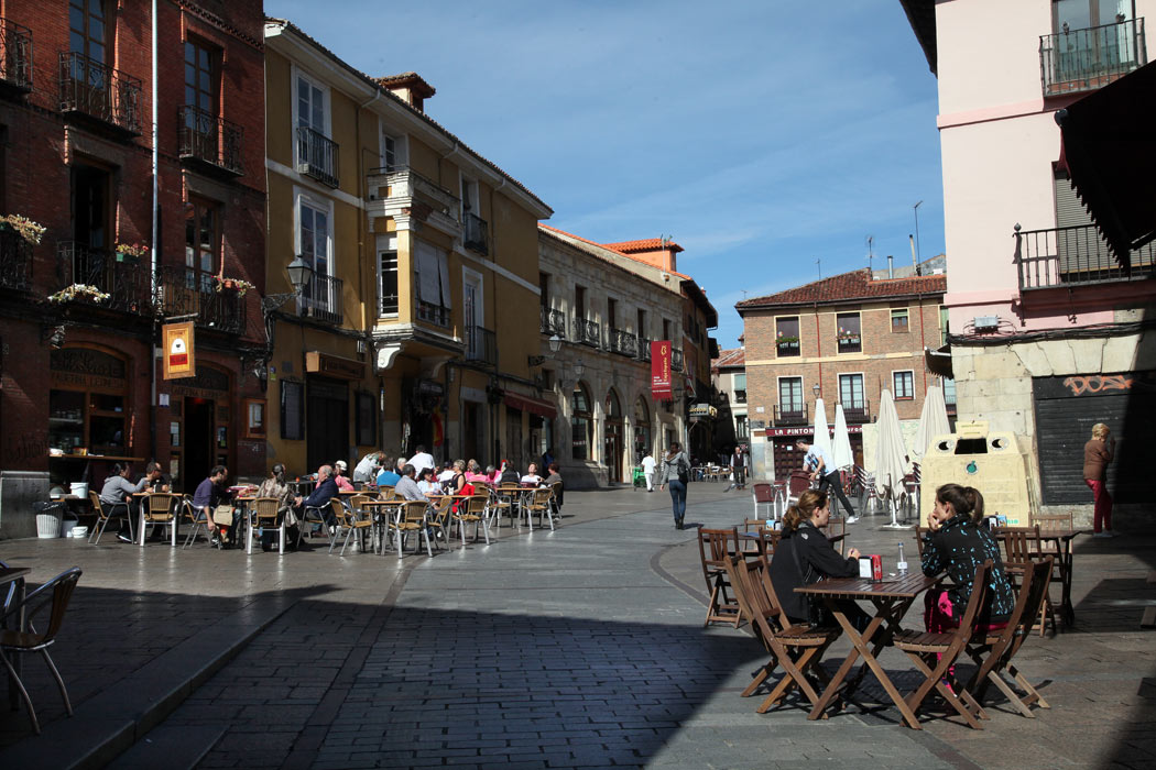 La Plaza de San Martín es el centro del Barrio Húmedo, todo un icono del tapeo y de la vida nocturna de la ciudad, de aquí salen muchas de las calles que rodean el barrio. Antiguamente llamada la Plaza de las Tiendas.