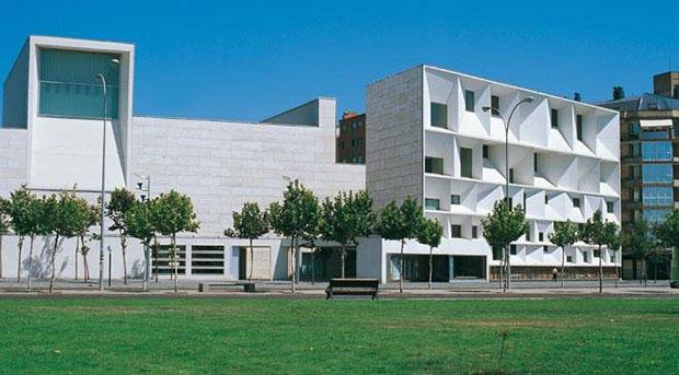El Auditorio Municipal Ciudad de León es un espacio arquitectónico emblemático, muy cercano al Parador Nacional de San Marcos. Teatro, danza, música y lírica dan forma a un programa único con actuaciones nacionales e internacionales en un edificio dotado d