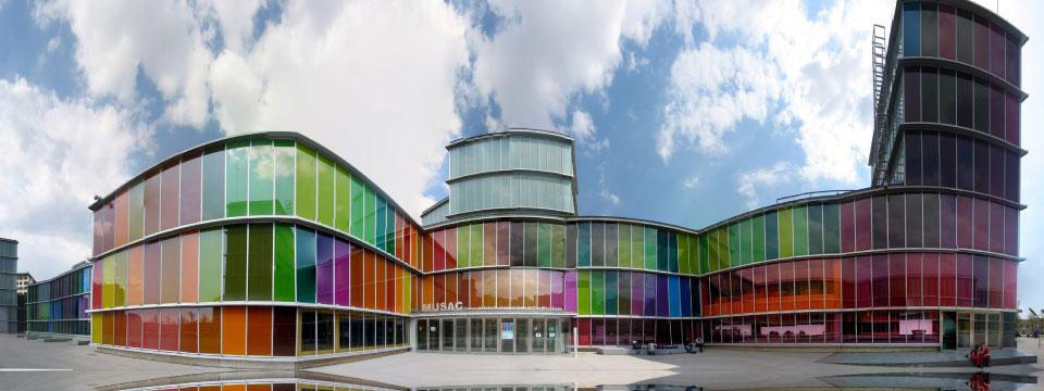 El Museo de Arte Contemporáneo de Castilla y León es uno de los edificios más coloristas de la ciudad de León, gracias a más de 3551 vidrios decorlind que recorren su fachada.