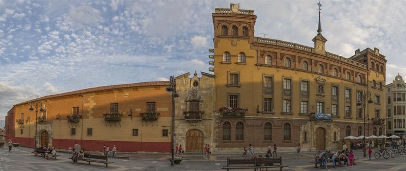 Ubicado en la Plaza de Regla, hoy alberga la sede del obispado de León. Este edificio es del siglo XIV, y al terminarse el ábside de la catedral de León, se construyó de lado a lado de la calle una estructura de dos plantas en sillería de piedra.