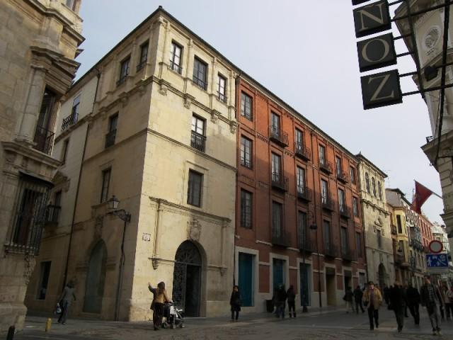 El Palacio de los Marqueses de Villasinda, de estilo renacentista (siglo XVI), se encuentra situado entre la calle Ancha y la calle del Cid al lado del Palacio de los Guzmanes.