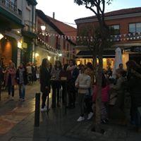 Entre el parque del Cid y la Colegiata de San Isidoro, bares y mesones tradicionales se mezclan con viejas librerías, tiendas de arte y otros comercios tradicionales.