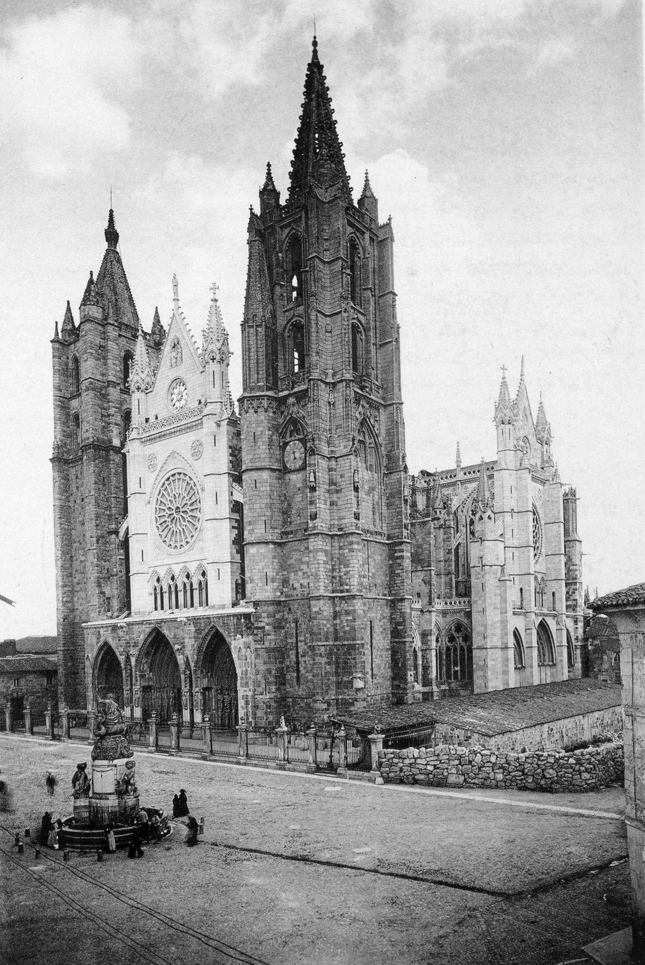 Catedral de León, templo gótico del siglo XIII de inspiración francesa que ha sido el primero declarado oficialmente en España en 1844.
