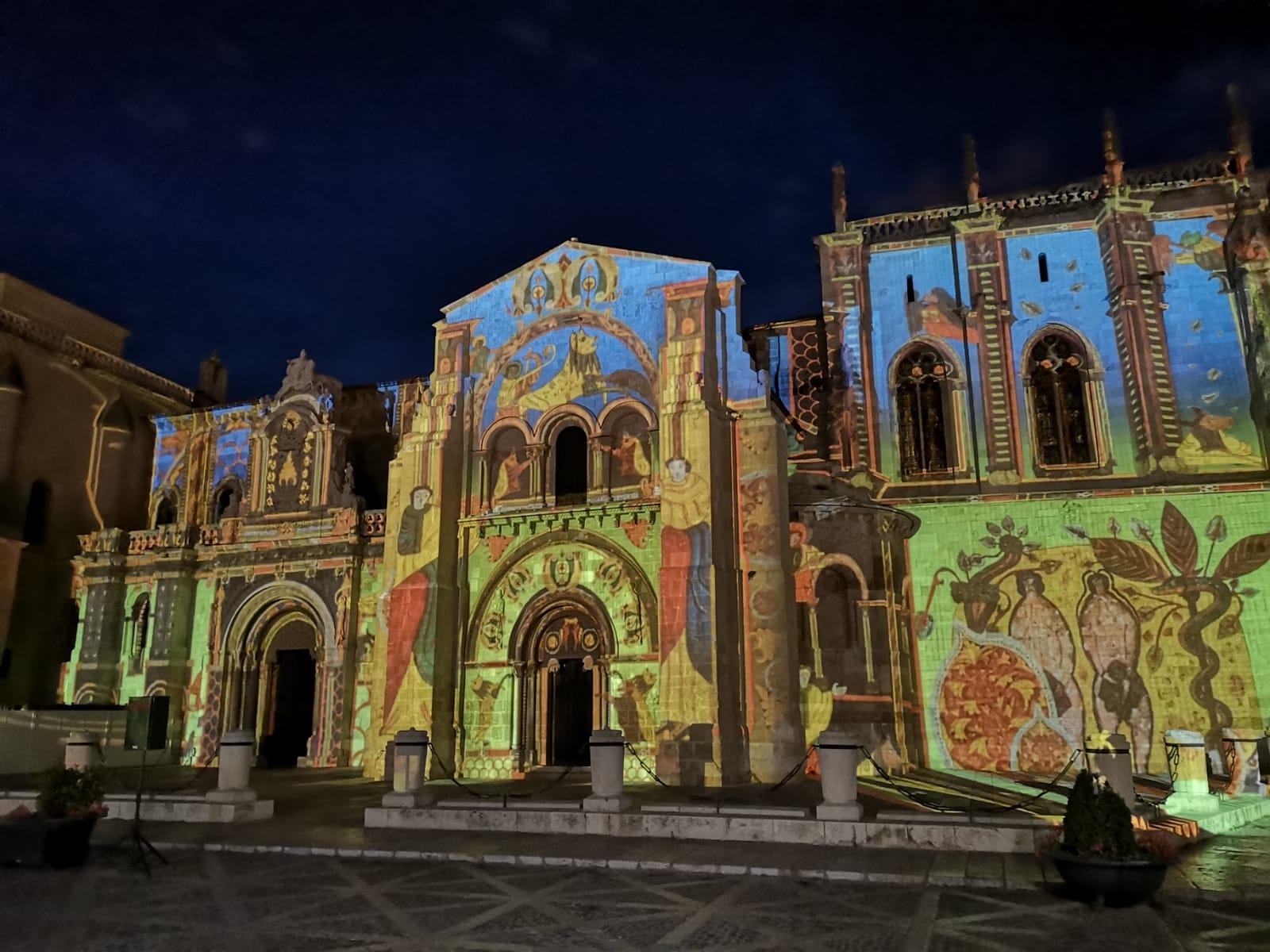 La Basílica de San Isidoro es elegida la primera maravilla del Románico español, con los restos de San Isidoro de Sevilla. A sus pies el Panteón de los Reyes y dentro del museo numerosas piezas de valor incalculable.
