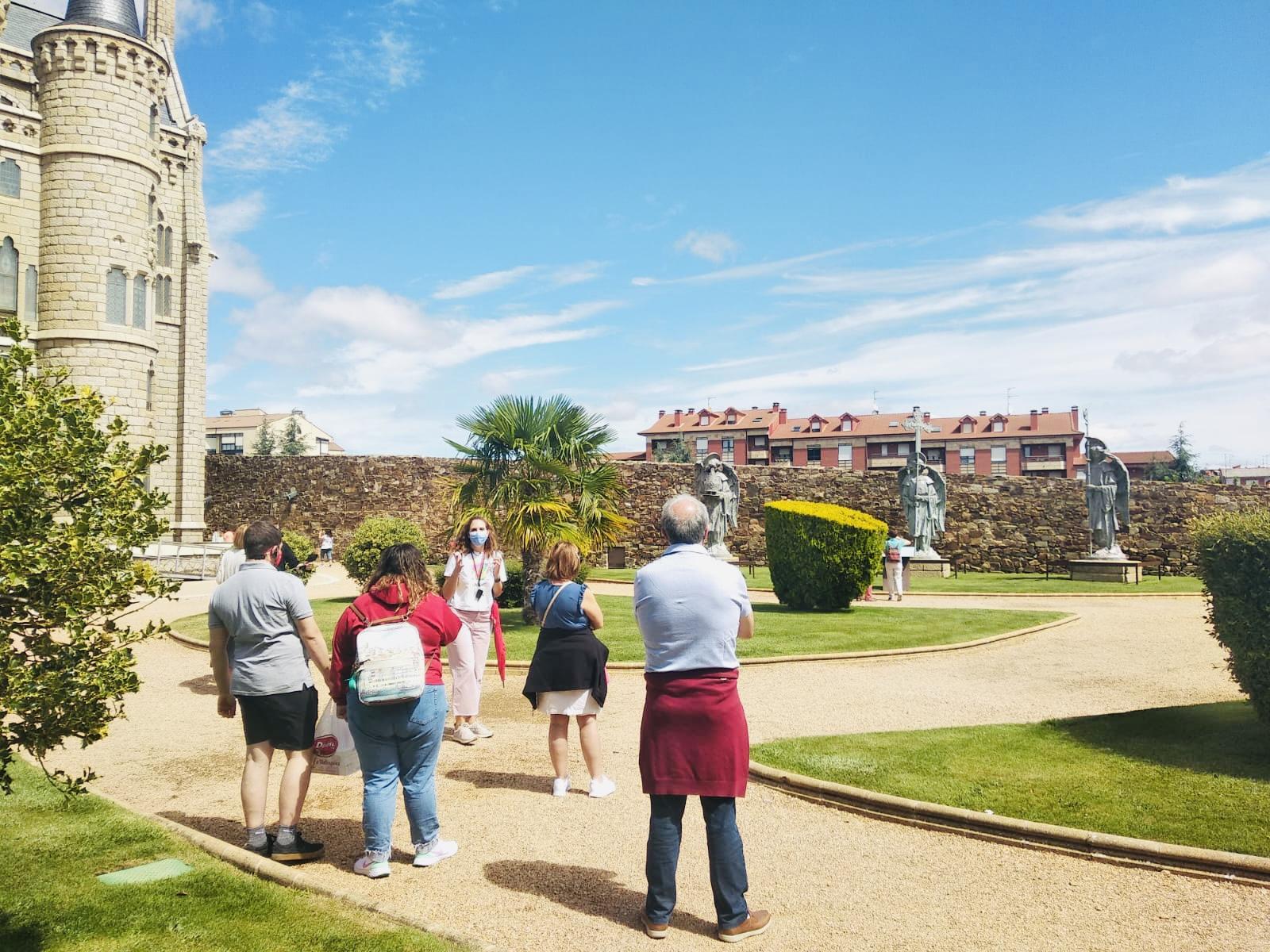 Visita guiada privada que combina los principales recursos turísticos de la ciudad de Astorga como son la Catedral, el Palacio Episcopal y el centro histórico.